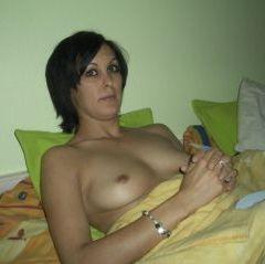 Mooie vrouw, topless, op zoek naar lesbische seks