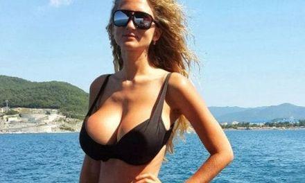 Sexy mooie vrouwen in bikini op het strand