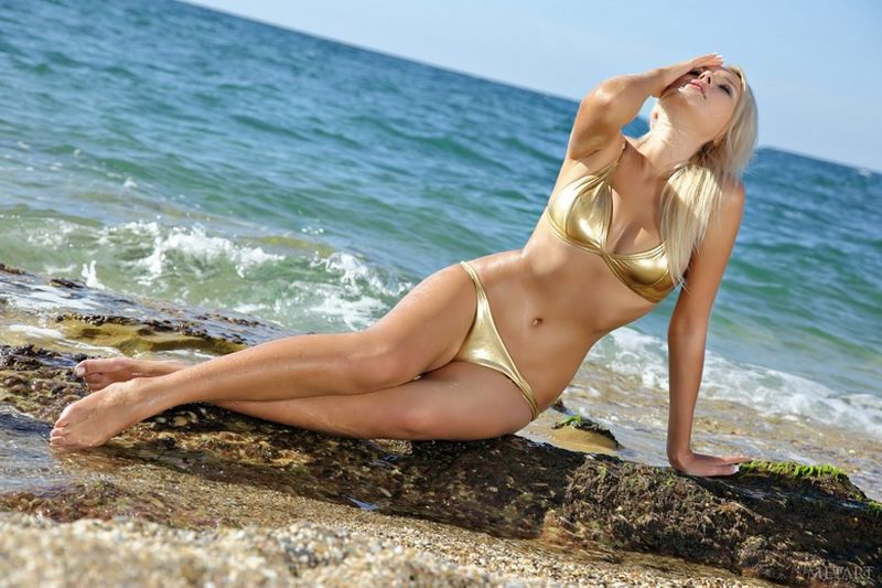 hot-blonde-strips-naked-on-the-beach-01