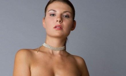 Knappe vrouw, naakt, grote borsten en een tikje arrogant