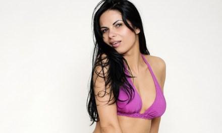 Valentina is sexy in haar paarse bikini, bloot ook