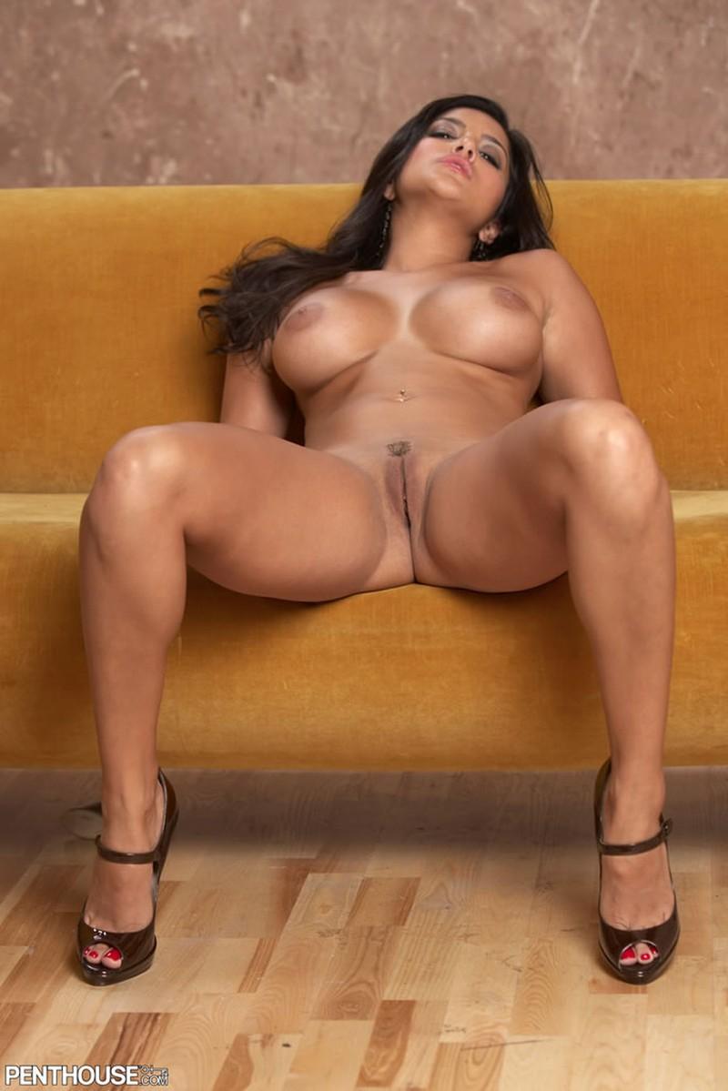 Sunny Leone Vermaakt Zich Uitstekend Op De Bank -Seks Met-1105
