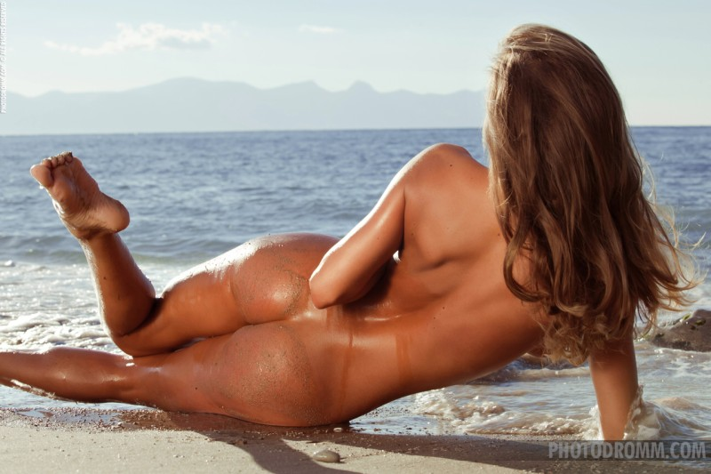 beautfiul-blonde-naked-on-the-beach12