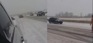 Naakte man loopt in sneeuwstorm op de snelweg
