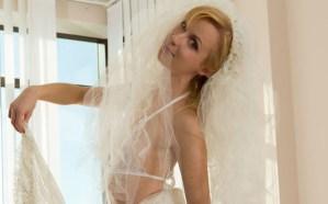 Jonge vrouw wil graag trouwen, laat zien wat ze in huis heeft
