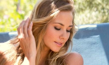 Naakte blondine is sensueel en erotisch