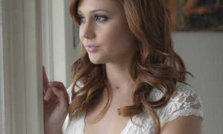 Arianne Marie, knappe brunette, in extase op de bank