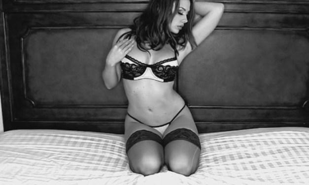 Mooie vrouw gaat naakt, striptease op bed