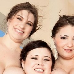 Drie dikke vrouwen met grote borsten hebben lesbische seks
