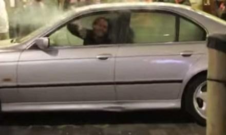 Directrice High School gesnapt in auto leerling