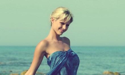 Zuzanna Dabrinova, knappe vrouw, naakt op het strand