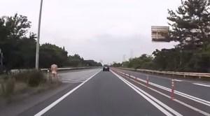 Een blote mevrouw op de snelweg