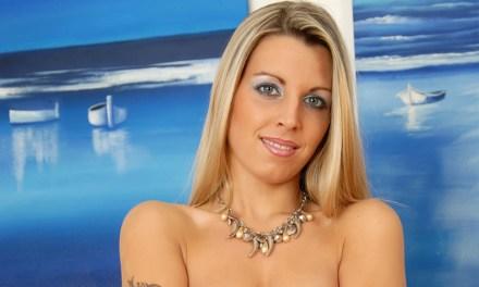 Alona, blond en mooi, doet een sexy striptease