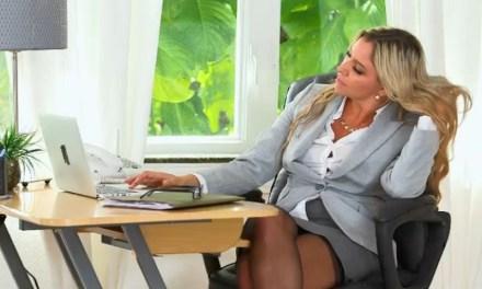 Een geile zakenvrouw en een man met een petje