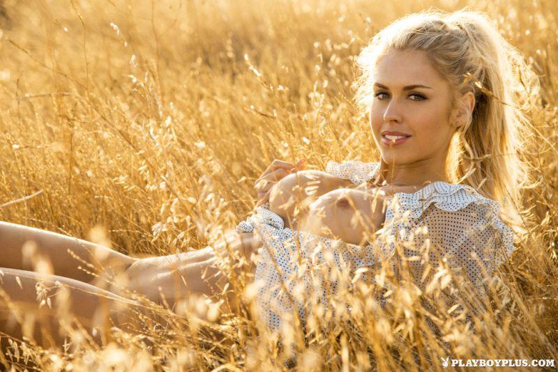 kayla-rae-reid-blonde-babe-naakt-buiten-11