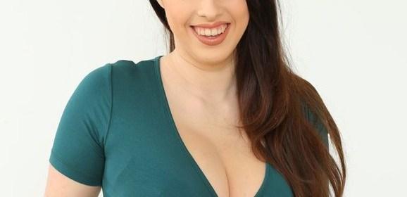Onze nieuwe geile secretaresse, Jo Paul, grote tieten in lingerie