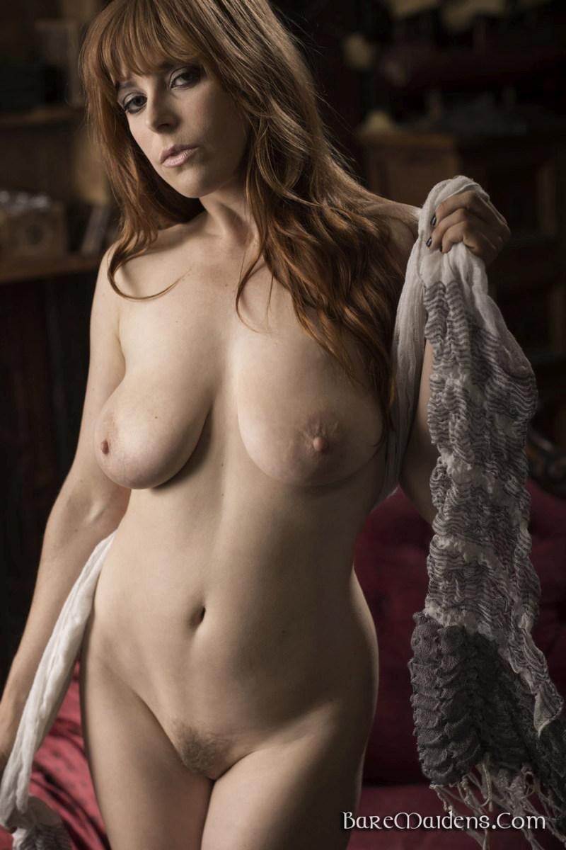 Blonde vrouw met grote borsten wil wel wat laten zien - 2 3