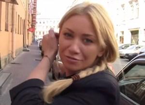 Verlegen blondje blijkt een sexbeest te zijn