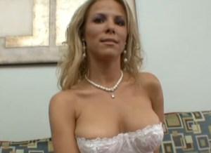 Kayla Synz, een hete milf in witte lingerie wordt goed geneukt