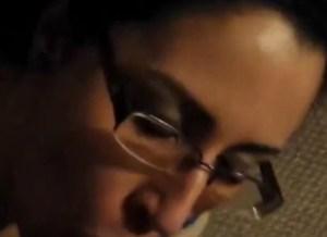 Oudere amateur vrouw met geil brilletje, krijgt facial