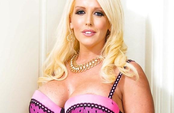 Blonde mevrouw met grote borsten is nogal bazig