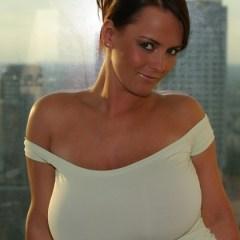 Mooie Poolse vrouw, Bea Flora, heeft grote tieten