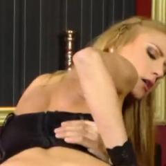 Trio sex op het strand en anale sex in lingerie