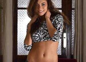 Michaela Isizzu gaat naakt en een vreemde Brit in bed