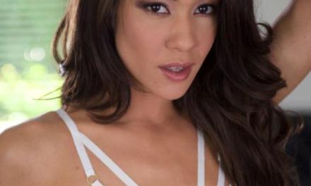 Mila Blaze, sexy witte lingerie, heeft een paar vingers in haar kutje