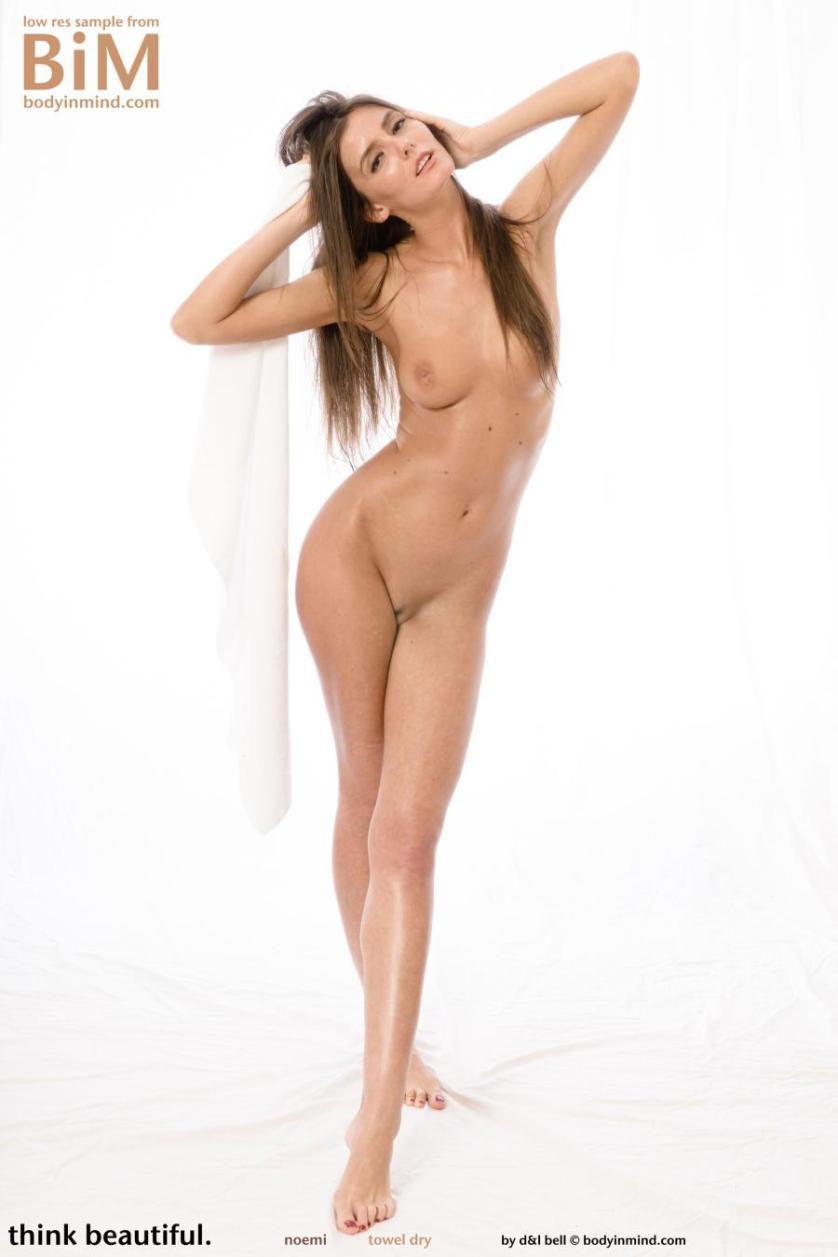 noemi-knappe-brunette-gaat-naakt-09