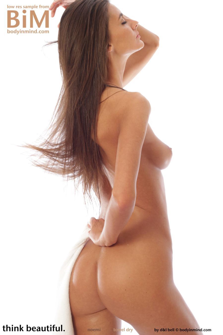 noemi-knappe-brunette-gaat-naakt-12