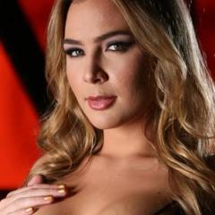 Blair Williams heeft sexy rode lingerie aan