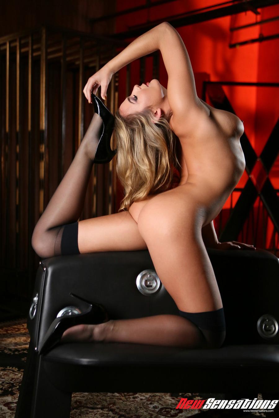 blair-williams-sexy-rode-lingerie-en-naakt-12