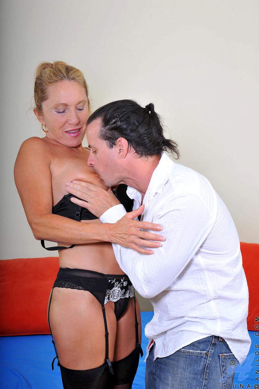 geile-oma-seks-met-luna-en-haar-grote-tieten-03