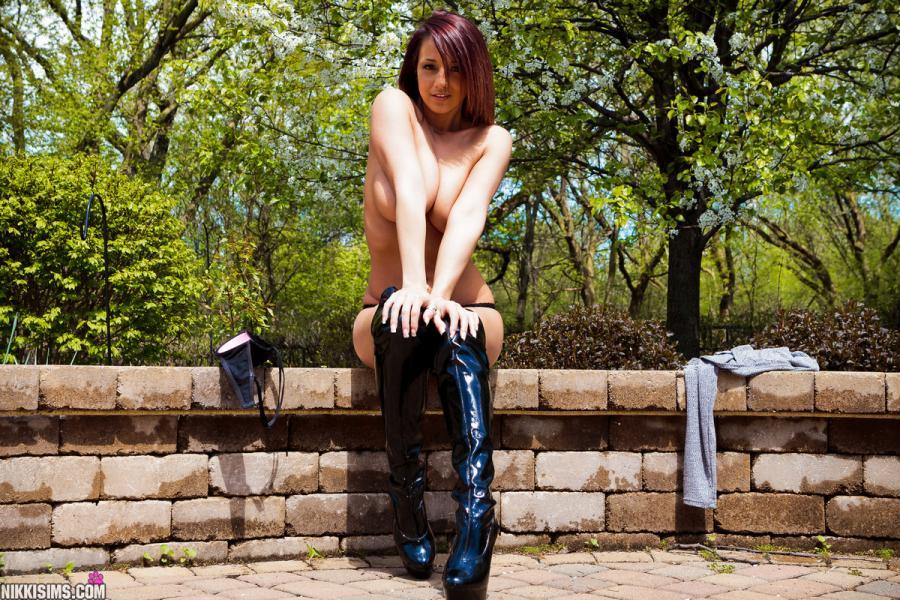 nikki-sims-strak-jurkje-geile-lange-laarzen-buiten-14