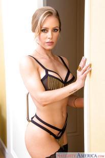 pornoster-in-geile-zwarte-lingerie-en-hoge-hakken-03