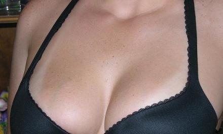 Lekker ding, amateur vrouw met grote tieten, gaat naakt