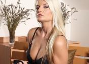 Blond lekker ding in lingerie neemt de tijd voor het masturberen