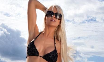 Blonde zonnebril en beach babe gaat naakt op het strand