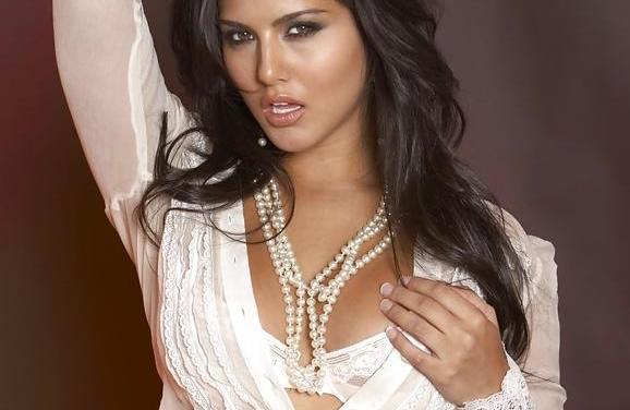 Sunny Leone heeft een kwart cup BH aan, dat is sexy