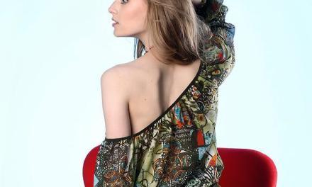 Adrijana, lekker ding, gaat naakt in een rode stoel