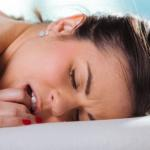 Knappe naakte jonge vrouw krijgt erotische massage