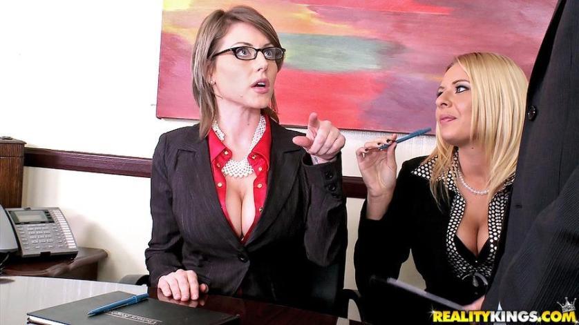 Twee milfen anaal geneukt op kantoor