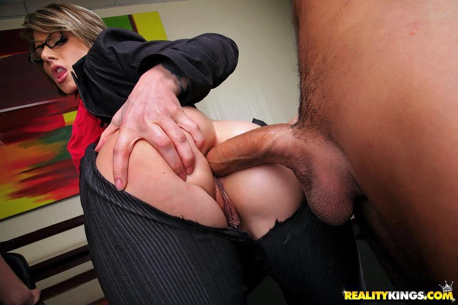 twee-mature-milfen-worden-anaal-geneukt-op-kantoor-11