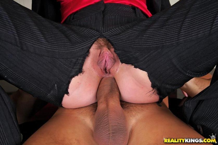 twee-mature-milfen-worden-anaal-geneukt-op-kantoor-14