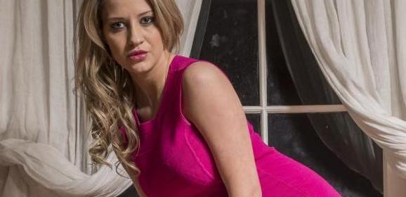Sienna Day, knappe stijlvolle blondine trekt haar strakke jurkje uit