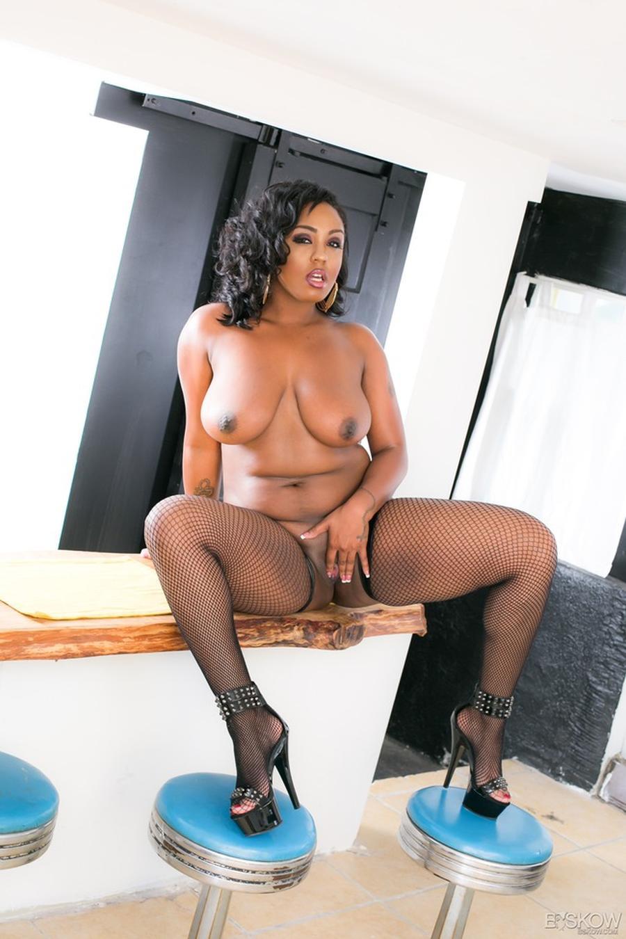 volslanke-donkere-vrouw-in-sexy-zwarte-lingerie-10
