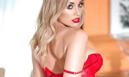 Dorothy Grant ziet er vreselijk lekker uit in rode lingerie