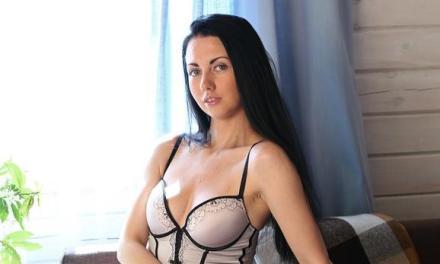 Felicia is horny, ze trekt haar lingerie uit en gaat masturberen