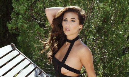 Chloe Goodman, sexy lingerie, in de tuin aan het relaxen